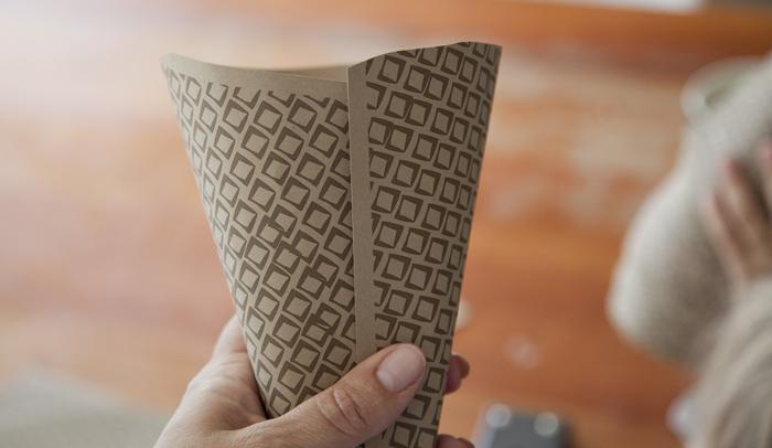 Piegare la carta in modo da formare un cono