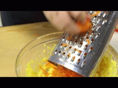 muffins alle carote: grattugiate la carota direttamente nel composto e mescolate il tutto dolcemente