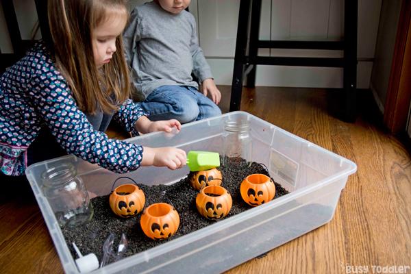 BACINO SENSORIALE RISPARMIO NERO: hai già creato un cestino per i bambini di Halloween? Attività di Halloween; Attività del bambino di Halloween; Attività prescolare di Halloween; attività al chiuso; attività binaria sensoriale da Busy Toddler